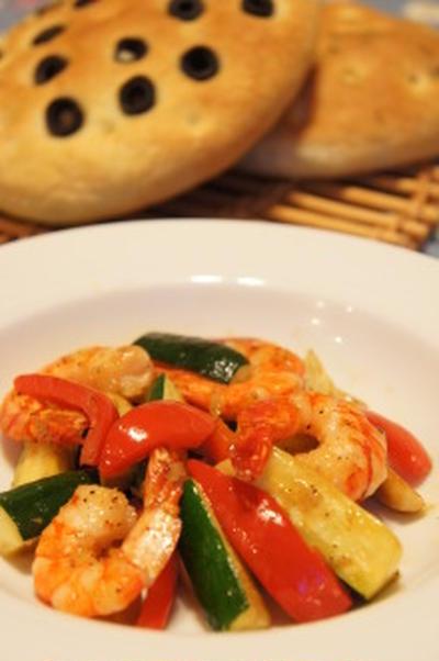 海老と彩り野菜のオイスターソース炒めとフォカッチャ