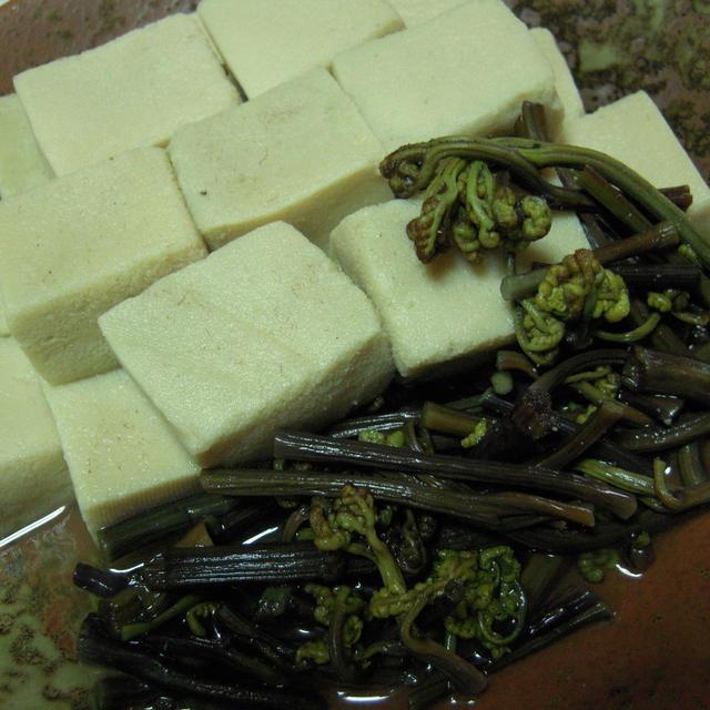 高野豆腐とわらびの煮物