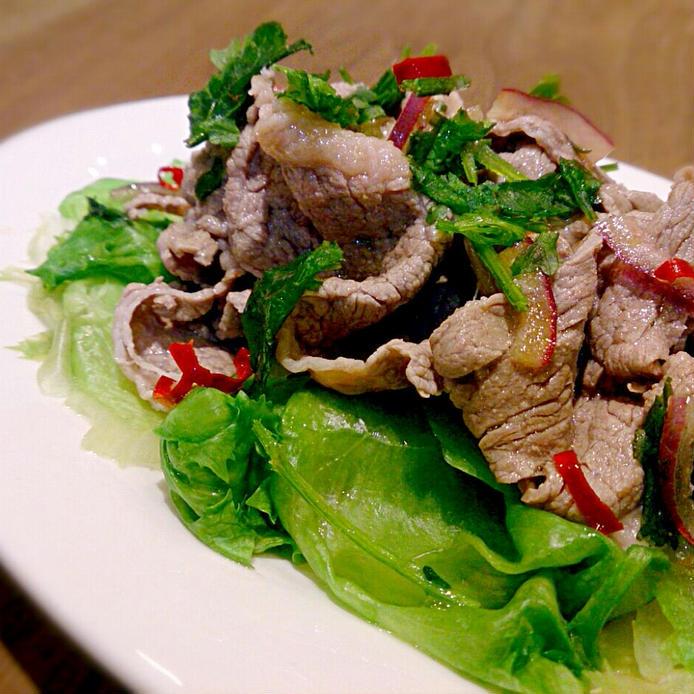 レタスの上にゆでた牛肉、パクチーをのせたサラダ