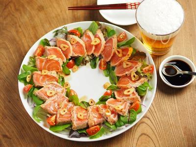 レシピブログ連載、サーモン刺身のチーズたたき、クリスマスリース刺身の盛りつけ