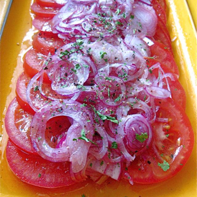 簡単で美味しい、トマトと紫玉葱のサラダ。