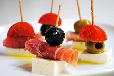 10分で出来るお洒落な一品で手軽におうちバル♪生ハム、オリーブ、トマト、モッツァレラのピンチョス