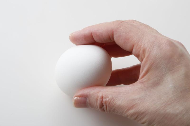 卵の丸いほうをコツン!