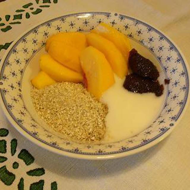 暑い日にお奨め!桃とヨーグルト、オーツのヘルシー朝食