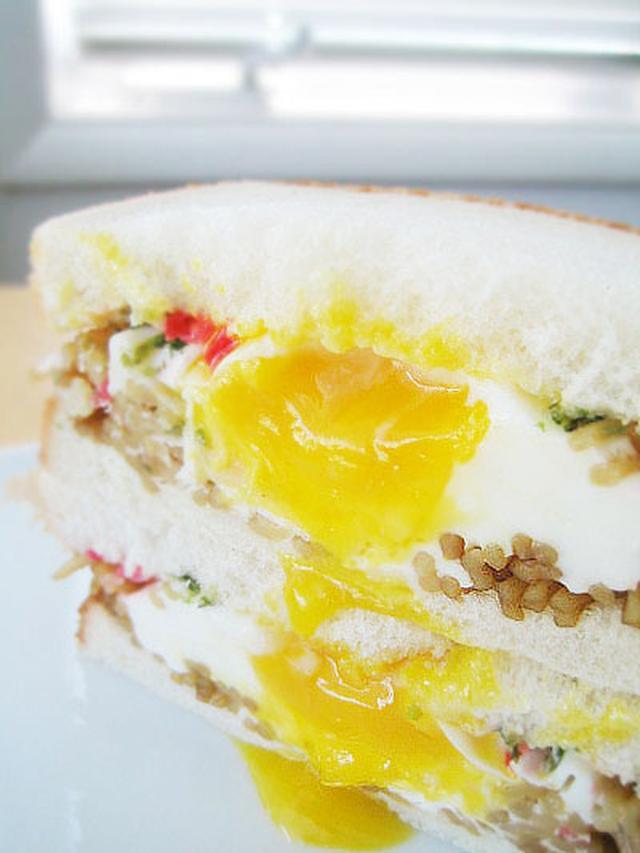 食パンにやきそば、卵をのせお好みで青のり、紅しょうが、マヨネーズを加えてレンジで加熱したボリューミーなひと品。
