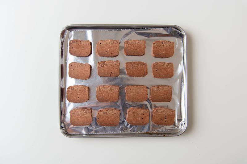 5、5mm幅に切ってアルミホイルの上に並べ、トースターで4~5分焼く。サクサクになるまで冷ます。<b...