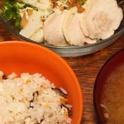 炊き込みご飯と鶏ハムサラダ