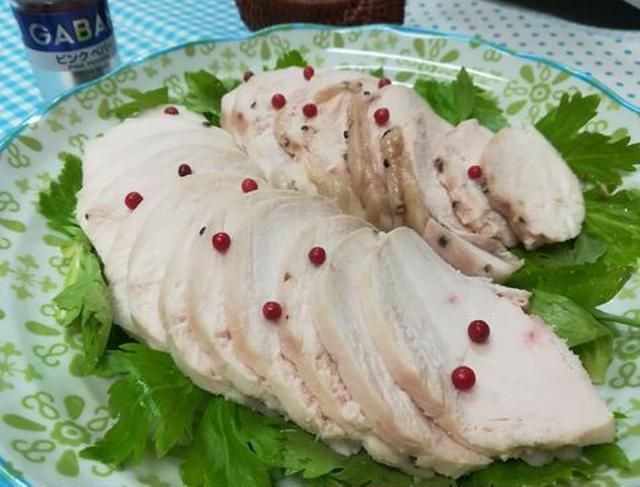 皿に盛られてピンクペッパーが散らされている鶏ハム