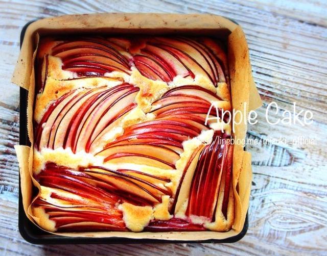 正方形の型に入ったりんごのケーキ