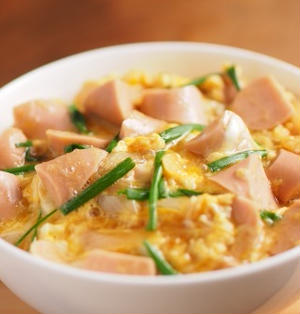 魚肉ソーセージ入り卵丼