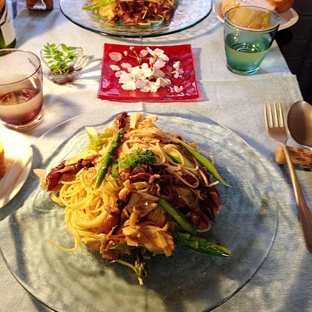 筍と蛍イカのスパゲティと赤い硝子のお皿。