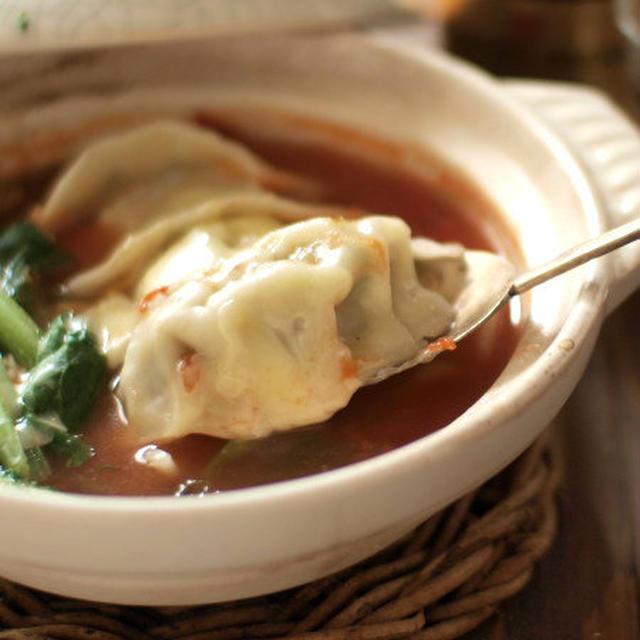 おひとりさまもいいもんです、トマトチーズの餃子鍋。