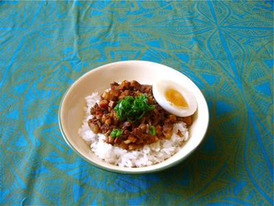 豚バラ肉の煮込み丼、魯肉飯。