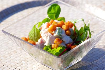 「タバスコクルトン」をあしらった・シーフードのクリーム味噌チーズ和えサラダ
