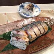 ポットラックやアウトドアにも。ラップでくるりんぱ「焼きさば寿司」。