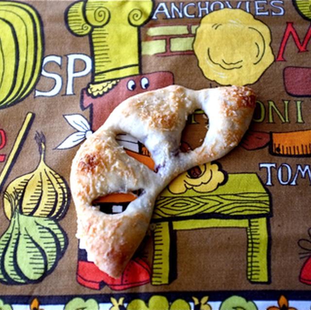 オリーブとパルメザンチーズのスナックピザ。