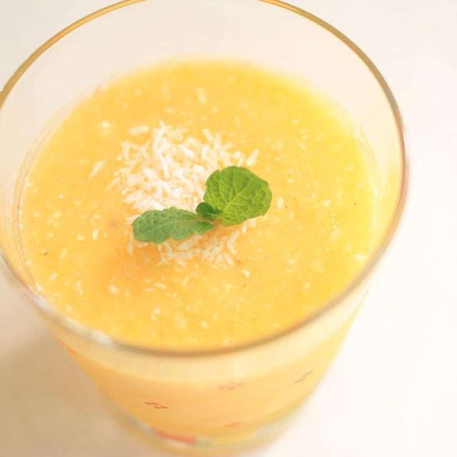 パイナップルとオレンジのスムージー。