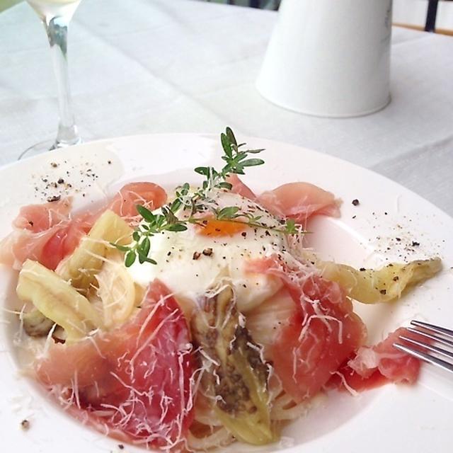 白いお皿に盛られたポーチドエッグがトッピングされた生ハム入り冷製カルボナーラ