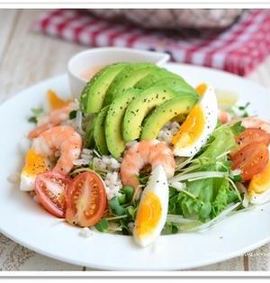 【低糖質レシピ】海老とアボカドのもち麦サラダ