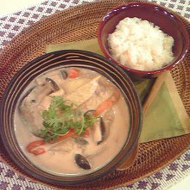 9月3日のもてなしゴハンは、ココナッツミルクの白いカレー?タイの手羽先スープ&白いおこわカオニャ