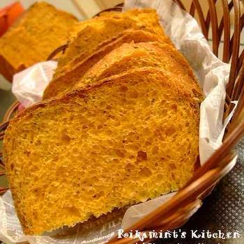 バジル香るトマト食パン