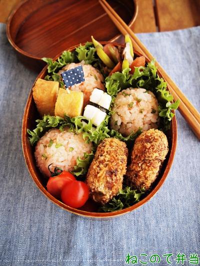 コロッケとピンクおむすび弁当と、さきいかキムチ(レシピ)