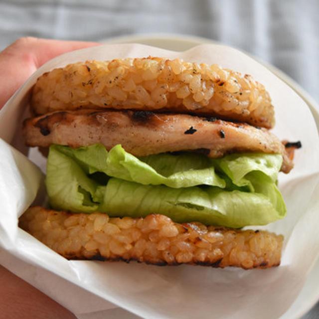 和風グリルチキンのライスバーガー。鶏むね肉が柔らかジューシーで食べ応え抜群。