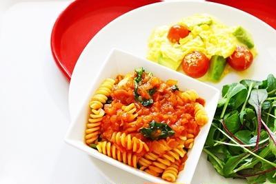 鶏肉とトマトのショートパスタと アボカドとトマトのチーズスクランブルエッグのレシピ♡