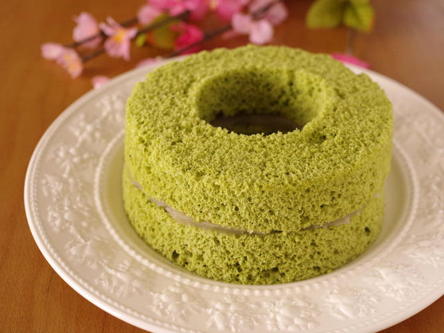 3層に別れたバームクーヘン型の抹茶シフォンケーキ