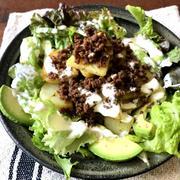 【簡単!!】じゃがいもと甘辛ひき肉のサラダと、アボカドと甘辛ひき肉のサラダ