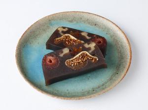 """""""パンにあう和菓子""""をテーマに作られた、「ドライフルーツの羊羹」です。切り口の美しさはさることながら..."""