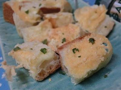 フライパンでこんがりと☆ バゲットのチーズキューブ焼き