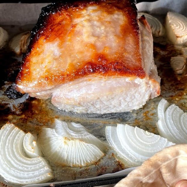 塊肉をど~んとオーブンに入れるだけ!豚ロースの塩麴焼きで晩ごはん
