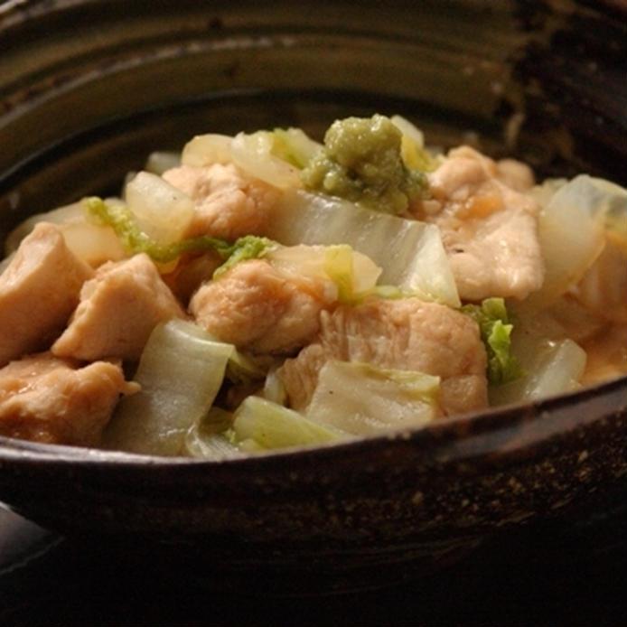 こげ茶の和風の器に盛られた、鶏胸肉と白菜のめんつゆわさび和え