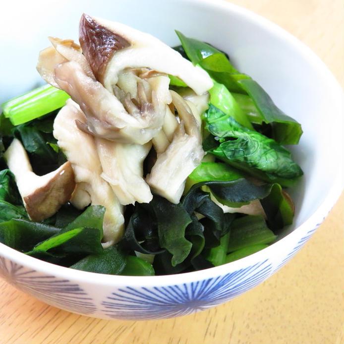 和の器に盛られた小松菜ときのこのわかめ和え