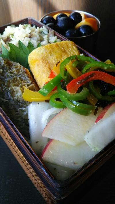 牛焼肉飯とリンゴと白菜のサラダ弁当