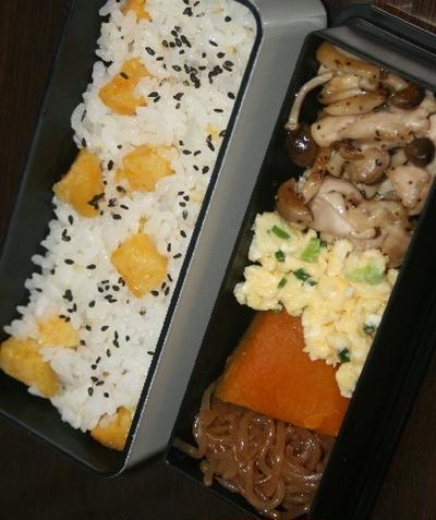 10月19日  安納芋の炊き込みごはんに鶏と しめじの スパイシー炒め弁当