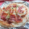 新玉ねぎとベーコンとトマト缶のピザ(業務スーパー)