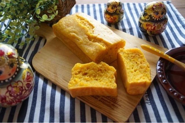 カッティングボードに乗ったレモンパウンドケーキ