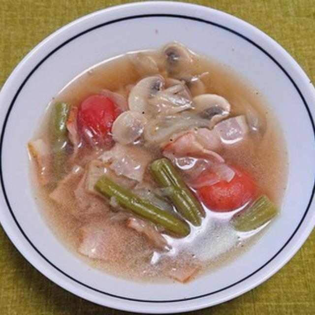 ローリエとクローブで風味付けしたベーコンと野菜のコンソメスープ煮