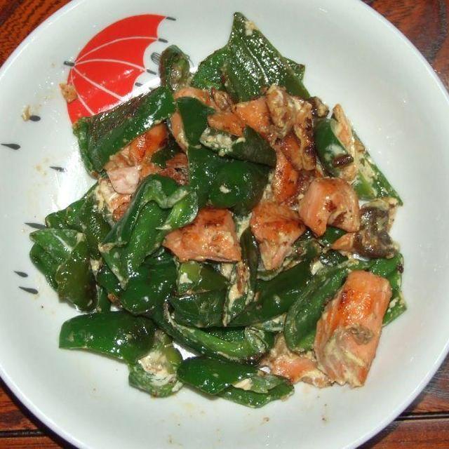ピーマンと鮭の辛子マヨ炒め&インゲンのオムレツ