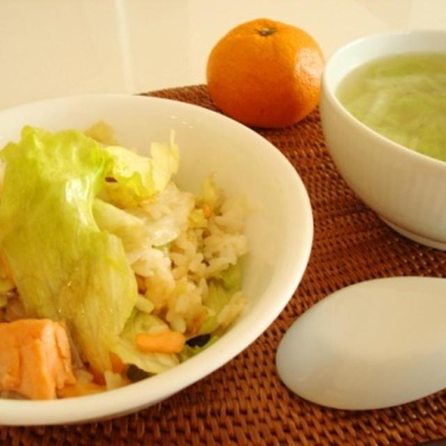 鮭とレタスのチャーハン。干し海老と白菜のスープ。