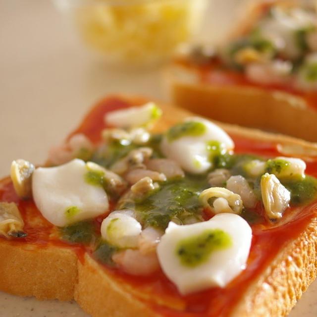 シーフードミックスとバジルソースの冷凍ピザパン【レシピ】
