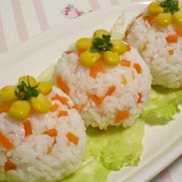 食べてみて♪お花咲く人参のおにぎり(b゚v`*)