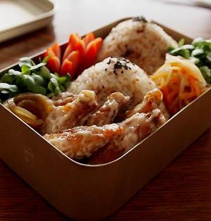 鶏スペアリブの梅マヨ和え・鰹ふりかけおにぎりお弁当&にゃ♪