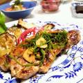 塩麹漬け豚ロース、フライドガーリックと青紫蘇で。ナスとズッキーニ揚げびたしと。 by youtyanさん