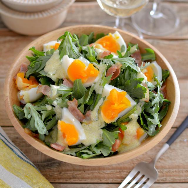 春菊のヨーグルトドレッシングサラダ。ゆで卵、ベーコンも加えて!【農家のレシピ帳】