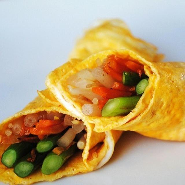 コツをおさえてきれいな薄焼き卵で作る★もやしとにんじん、にんにくの芽の卵巻き つけだれごま油風味