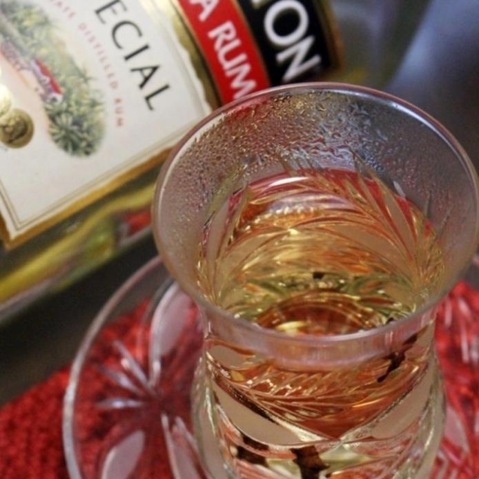 グラスに入ったホットスパイスウイスキー