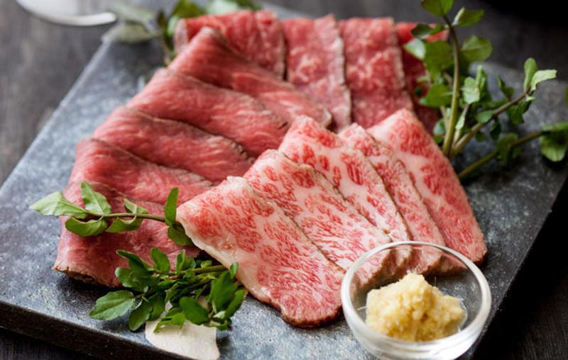 近江牛1頭から数キロしかとれない希少部位を贅沢にも食べ比べ!ほどよい柔らかさで、とろけ具合と肉の旨み...